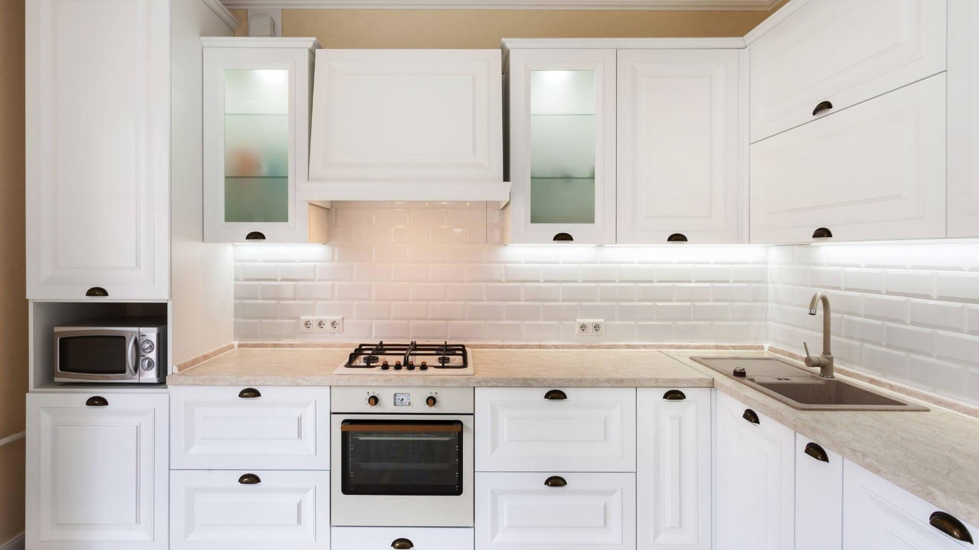 armário aéreo branco na cozinha