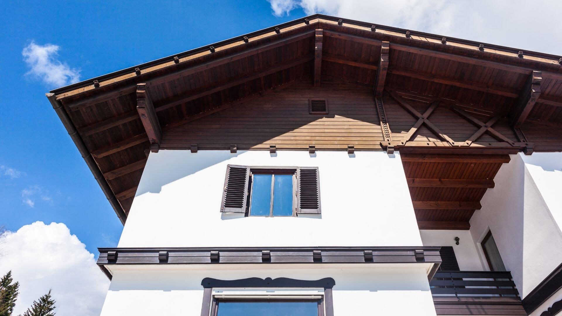 observar a fachada da casa para fazer reparos