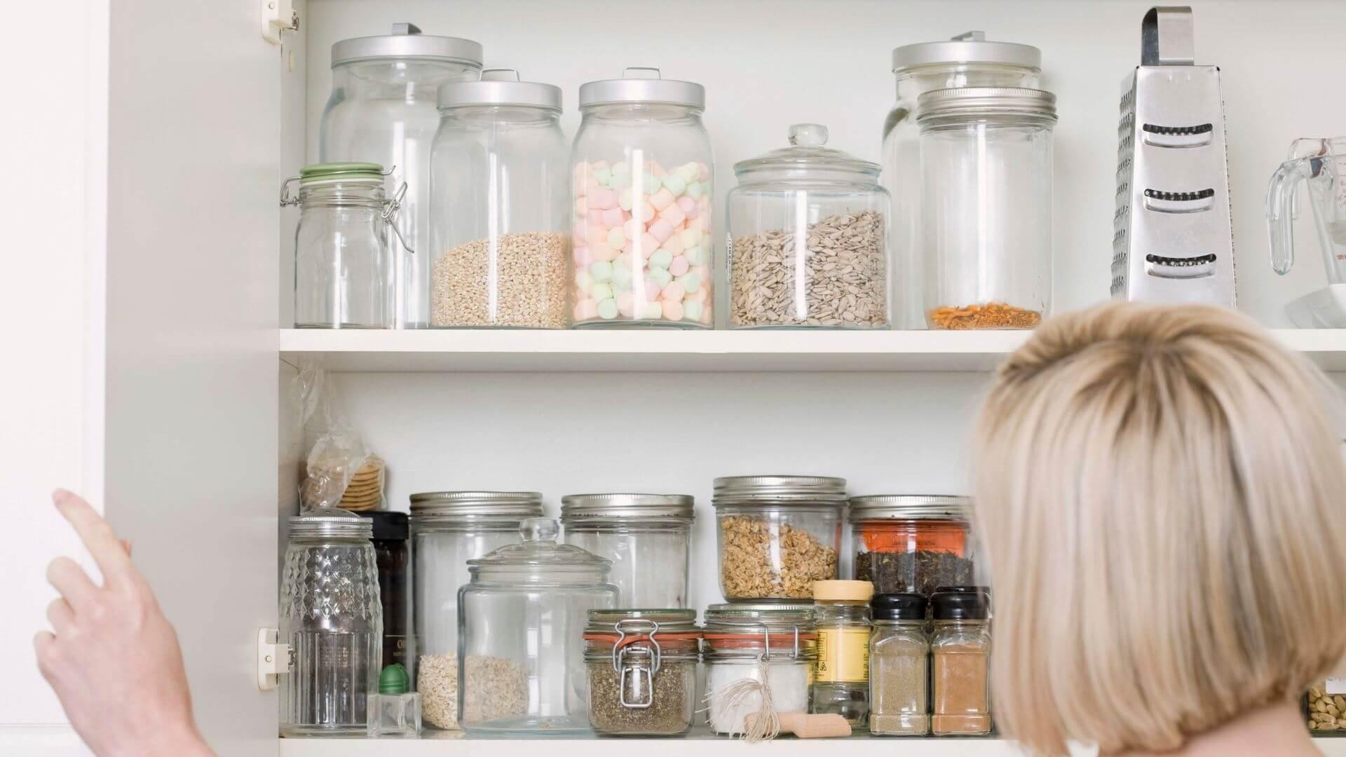 itens em como organizar armário de cozinha